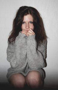 ragazza timida